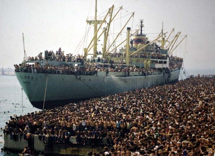 Profughi_della_Vlora_in_banchina_a_Bari_8_agosto_1991